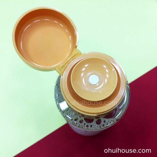 Thấm nước tẩy trang Ohui Perfect Sun Water Cleanser vào bông tẩy trang.